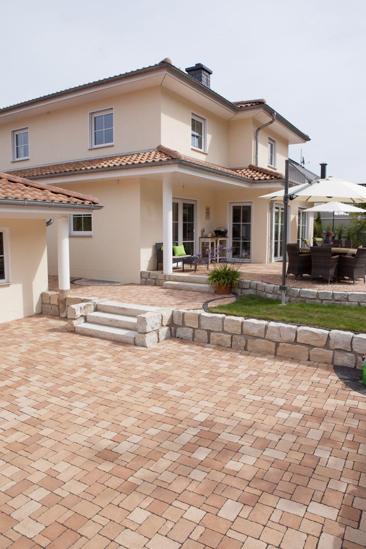 Drei Ebenen gibt es hinter dem Haus: Parkplatz, über wenige Stufen gelangt man auf Hauseingangshöhe, zwei weitere führen auf die Terrasse.