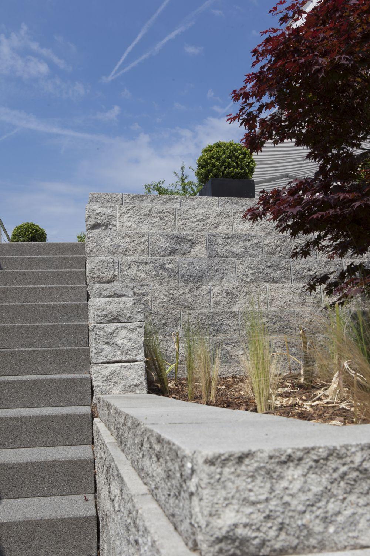 Blick auf die Außentreppe hoch zur Terrasse. Zwei Beete rechts eignen sich für eine Bepflanzung.