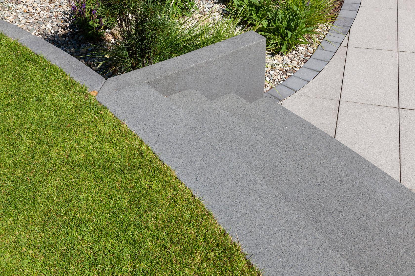 Detailaufnahme der mit Sonderteilen gebauten Außentreppe.
