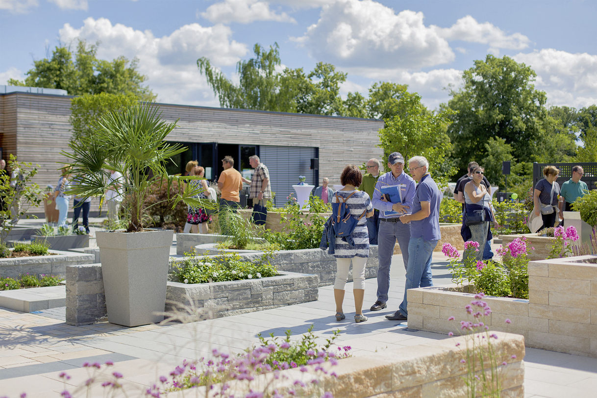 Viele Menschen besuchen den Ideengarten. Der Gartenberater von Rinn zeigt hier verschiedene Mauern, exemplarisch aufgebaut im Ideengarten.