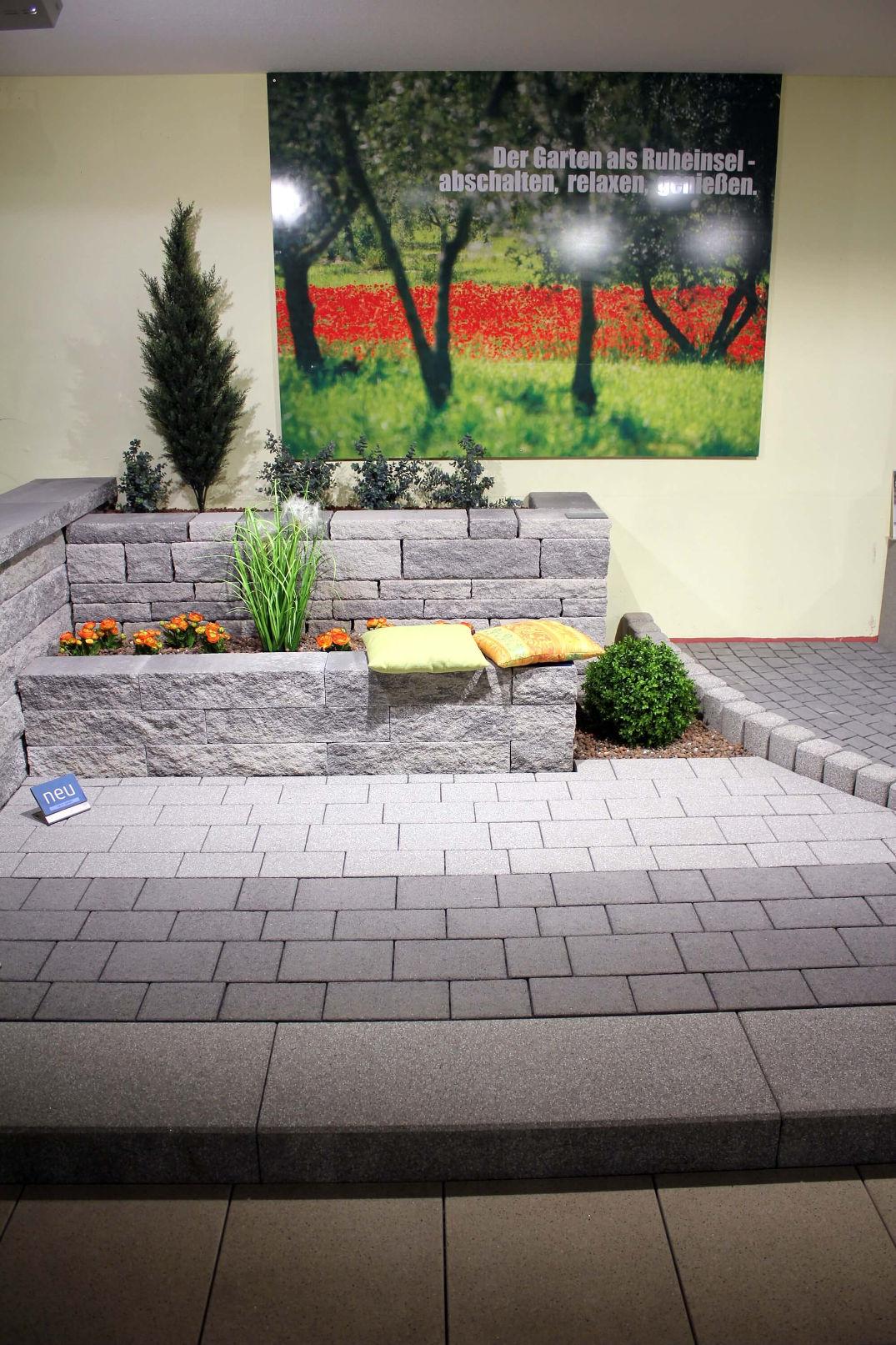 Ausstellungsfläche mit Mauer und Plattenfläche im Forum im Ideengarten in Heuchelheim.