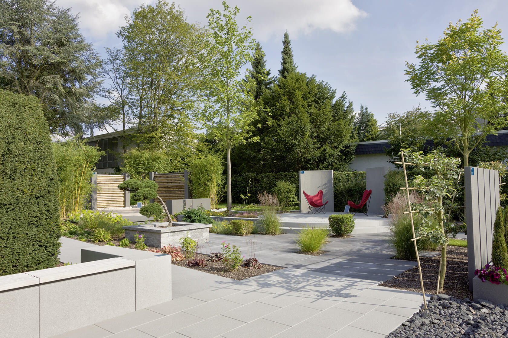 Blick in die Terrassenwelt im Ideengarten in Heuchelheim. Terrassenplatten in allen Größen und Farben sind hier verbaut.