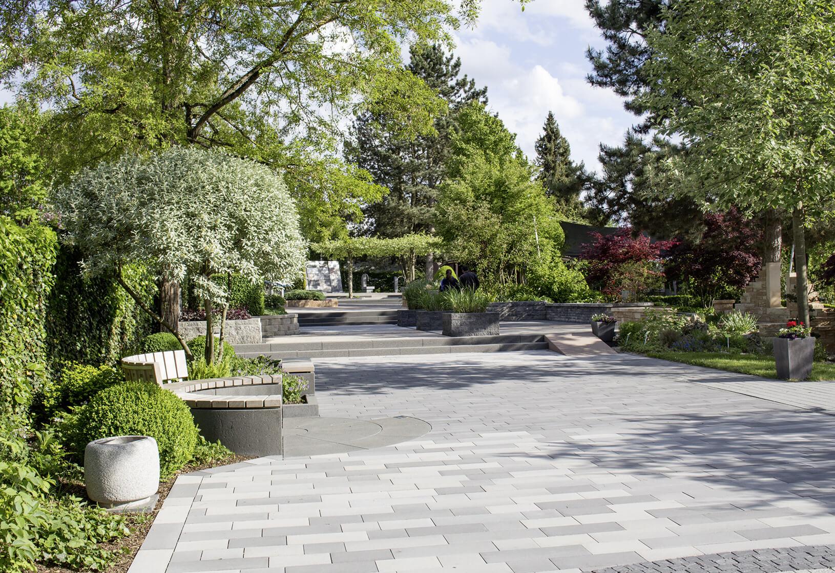 Ein Bereich mit Pflastersteinen auf verschiedenen Ebenen im Ideengarten in Heuchelheim.