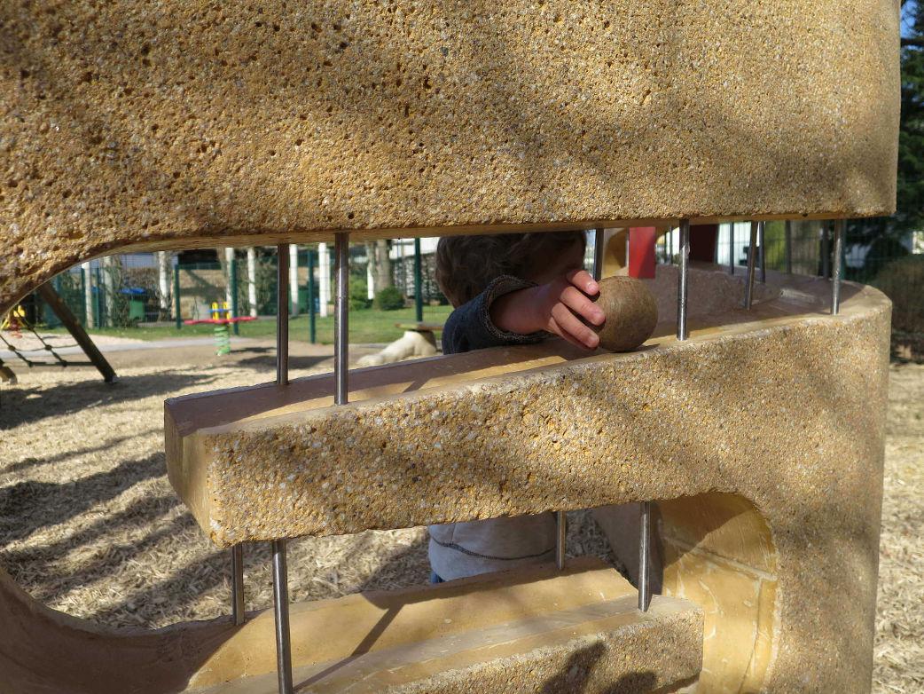 Überdimensionale Murmelbahn aus Beton auf dem Kinderspielplatz im Ideengarten in Heuchelheim.