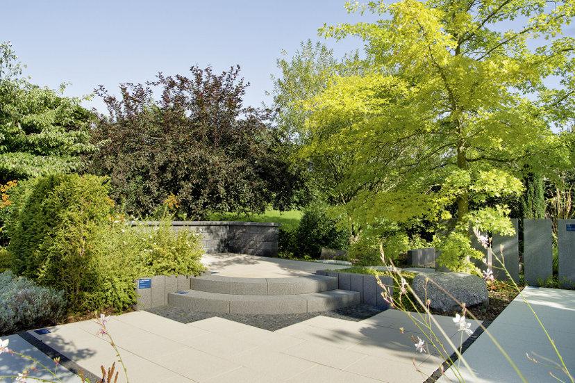 Die über Jahre gewachsene Anlage hat eine große Pflanzenvielfalt mit üppigen Gewächsen und schönen Gestaltungssituationen für den Outdoorbereich.