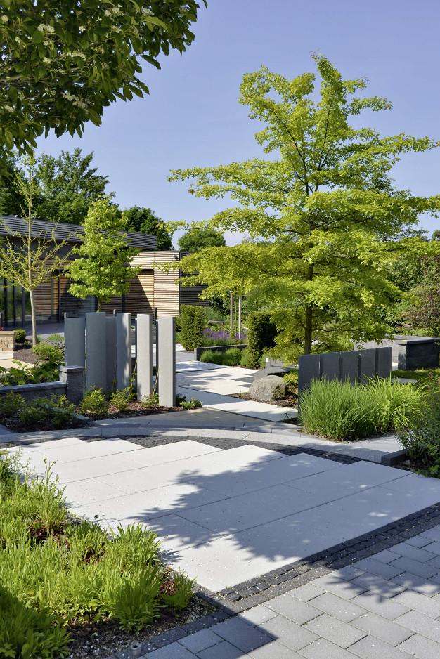 Verwinkelte Wege und verschiedene Gestaltungsbereiche im Ideengarten in Stadtroda.