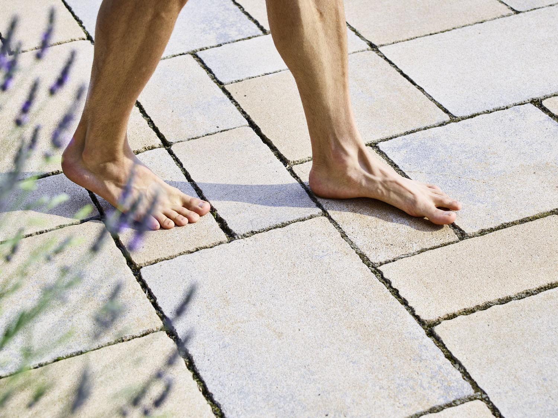 Barfuß über die Pflastersteine laufen. Der Lavendel im Vordergrund passt gut zum mediterranen Look der Platten.