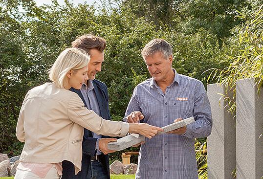 Der Rinn Gartenberater im Gespräch mit zwei Bauherren im Ideengarten.