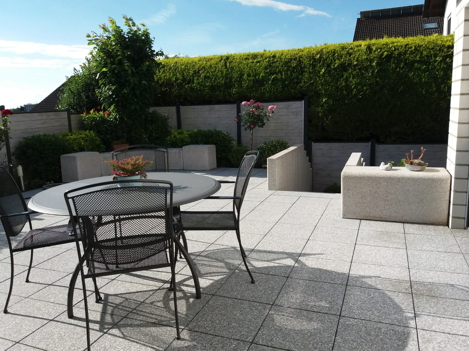 Blick auf die Terrassenmöbel und die frisch gereinigten Platten und Sitzblöcke.