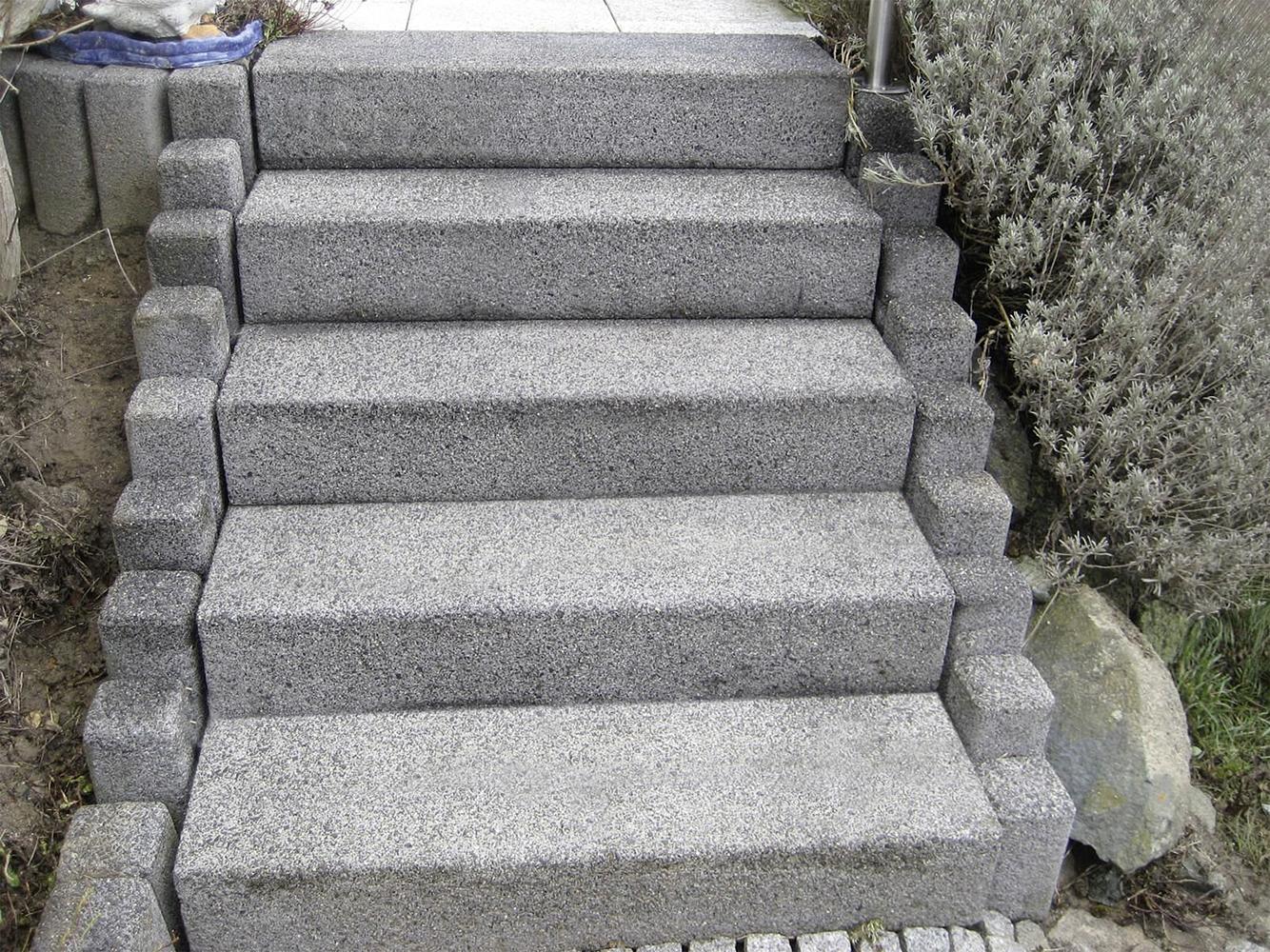 So sauber sehen die gereinigten älteren Treppenstufen aus.