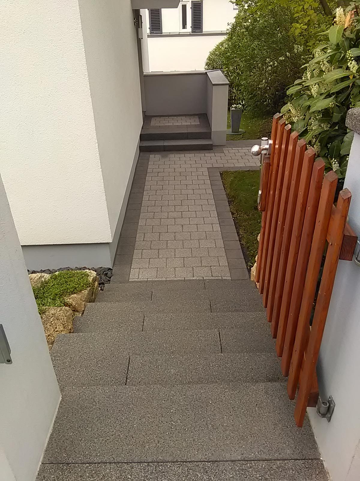 Die vor vielen Jahren verlegten Pflastersteine und Stufen sehen nach der Reinigung aus wie neu.