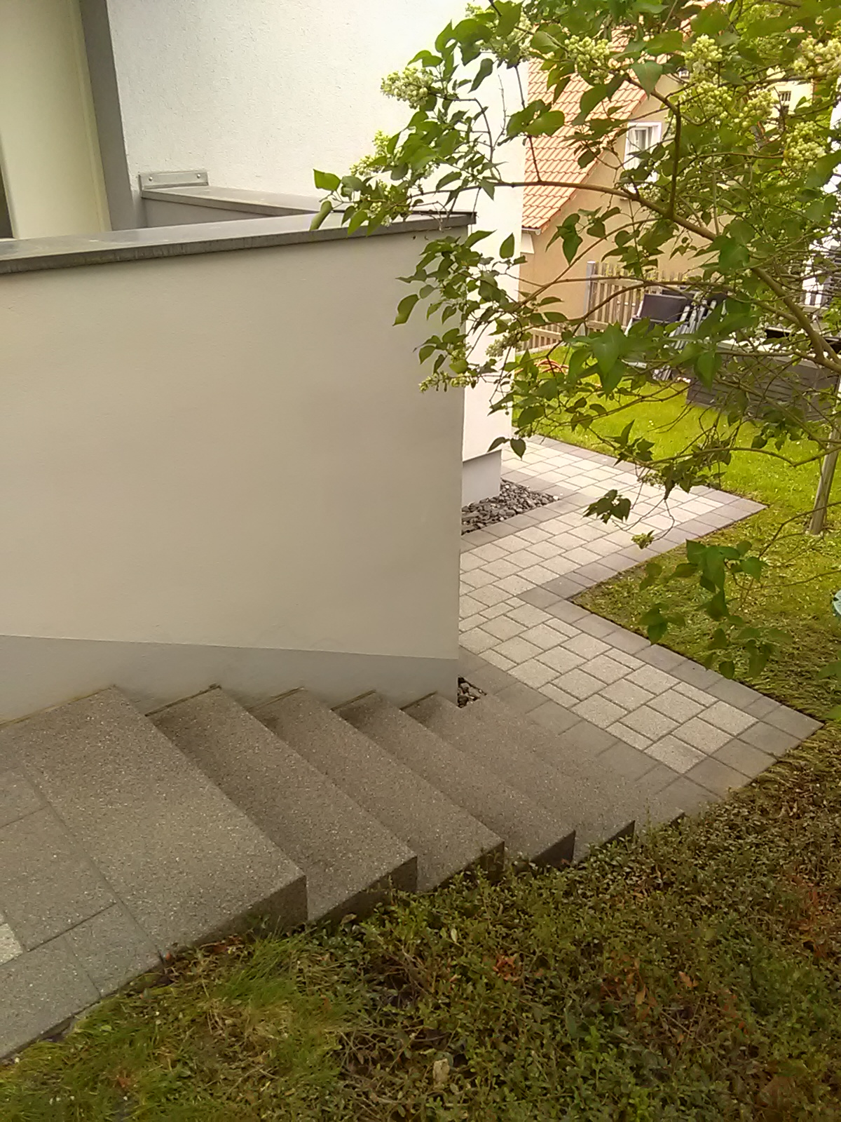 Der Weg um das Haus mit Höhenunterschieden auf dem Grundstück sieht aus wie neugemacht: Die alten Treppenstufen und Pflastersteine haben ihren ursprünglichen Farbton wieder erlangt.