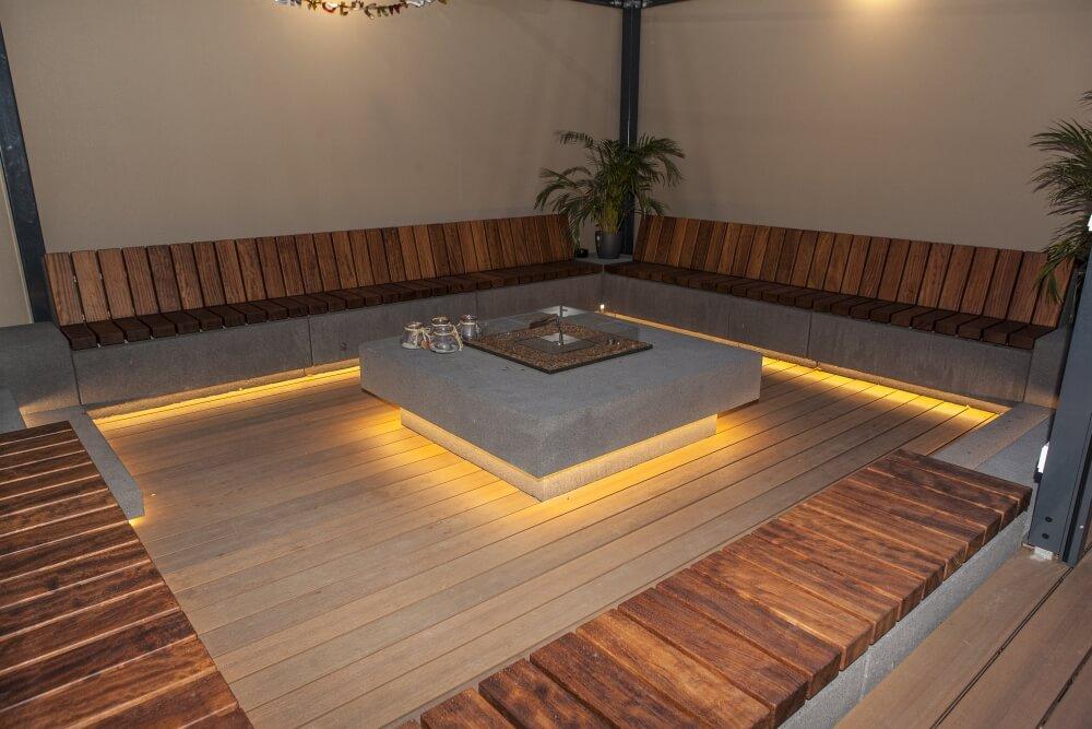 Intervallo Sitzblöcke von Rinn mit passenden Holzauflagen (Kambala) mit Längs- oder Querlattung und Edelstahl-Unterkonstruktion.