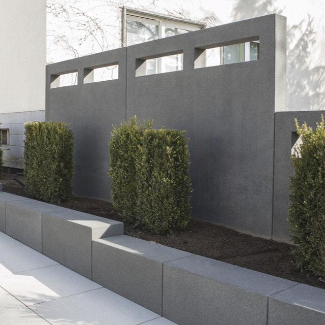 Mauerteile mit rechteckigen Aussparungen.