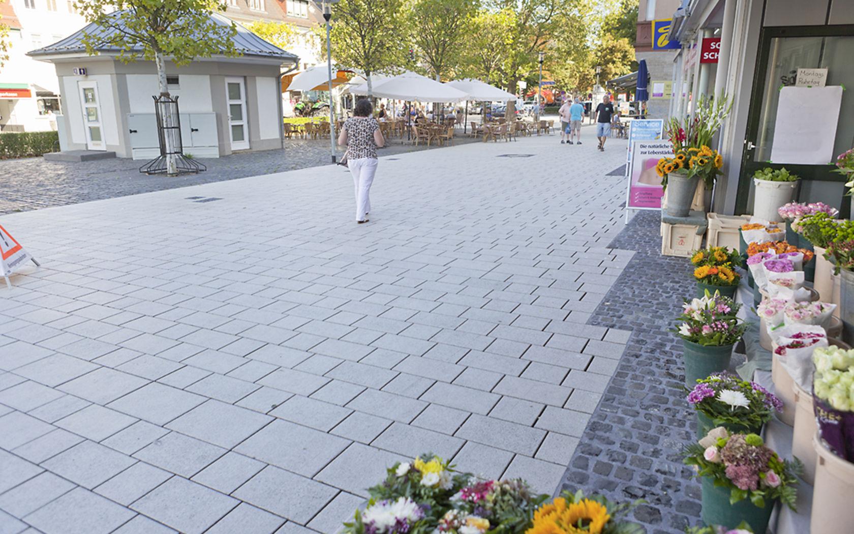 Nach der Reinigung sind die Pflastersteine in der Fußgängerzone wieder sauber.