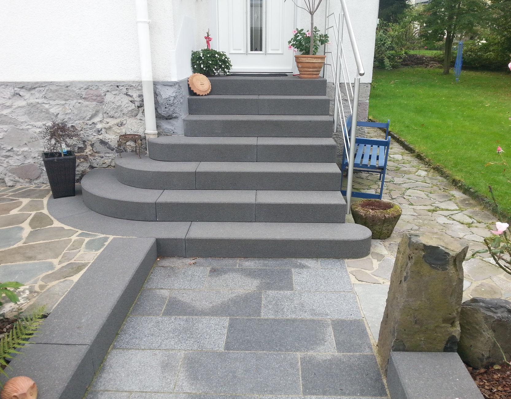 Modere Treppenanlage mit grauen Radialblockstufen