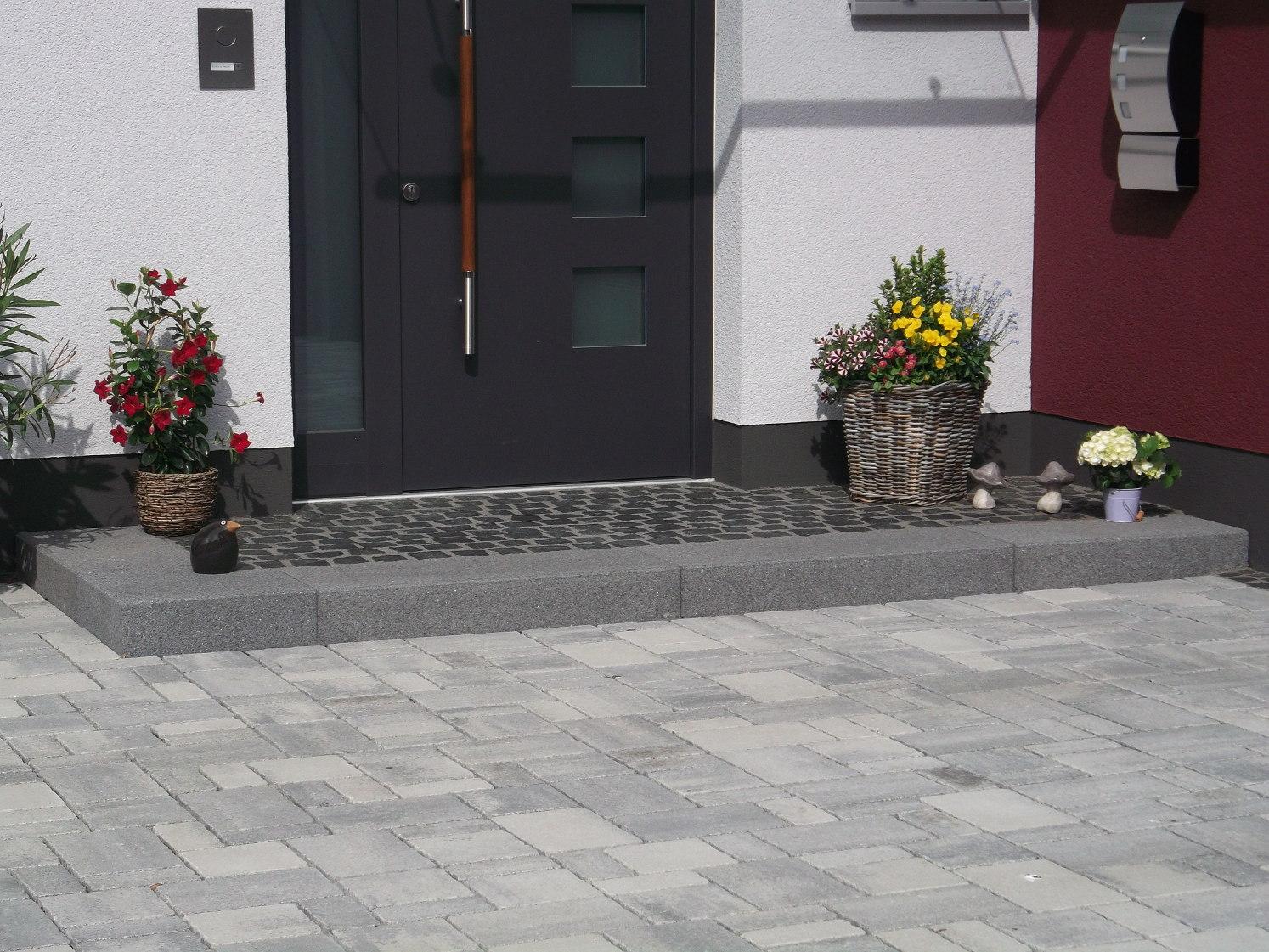 Rusticales Pflaster passend dazu mit grauen Blockstufen