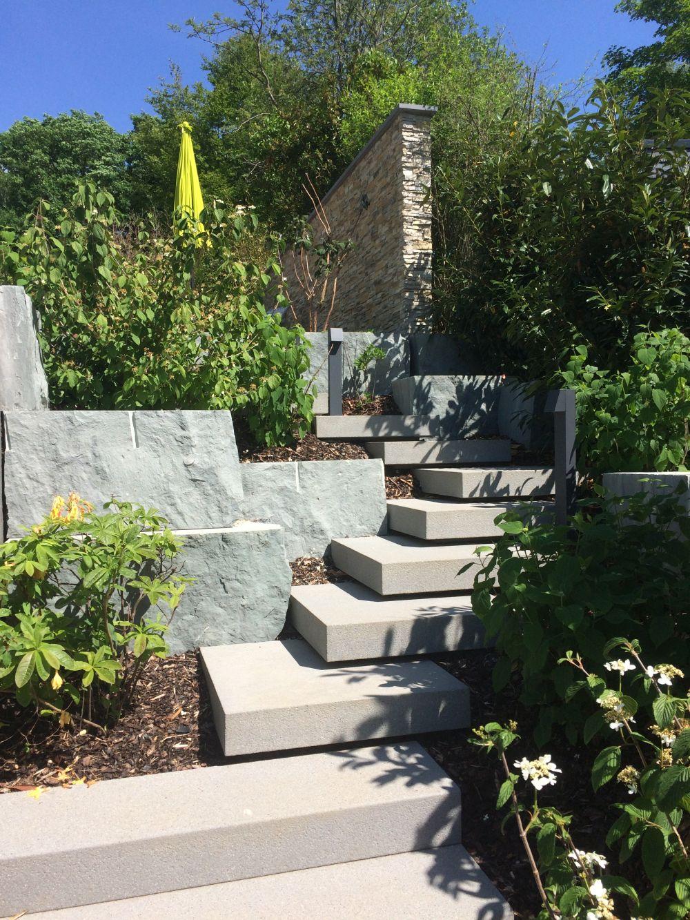 Treppenanlage mit freitragenden Stufen in Platin mittel