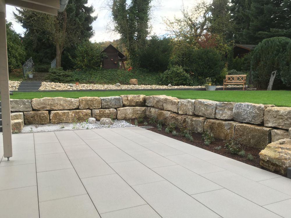 Terrasse mit beschichteten Betonplatten