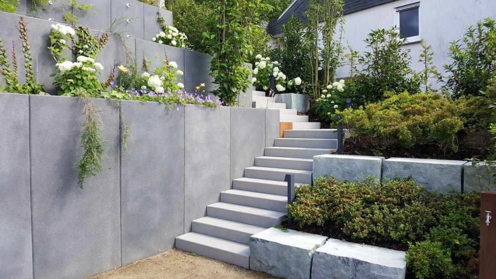Treppenanlage mit beschichteten Blockstufen in grau