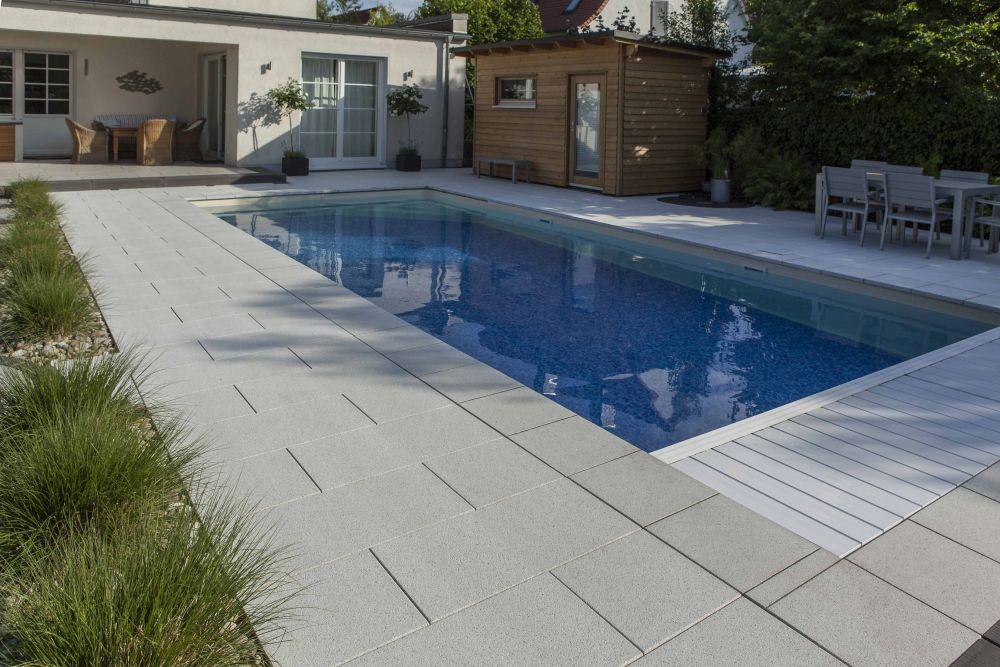 Gartengestaltung rund um den Pool mit beschichteten Betonplatten