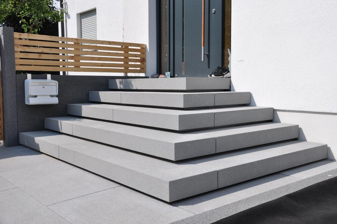 Treppenanlage mit freitragenden Blockstufen