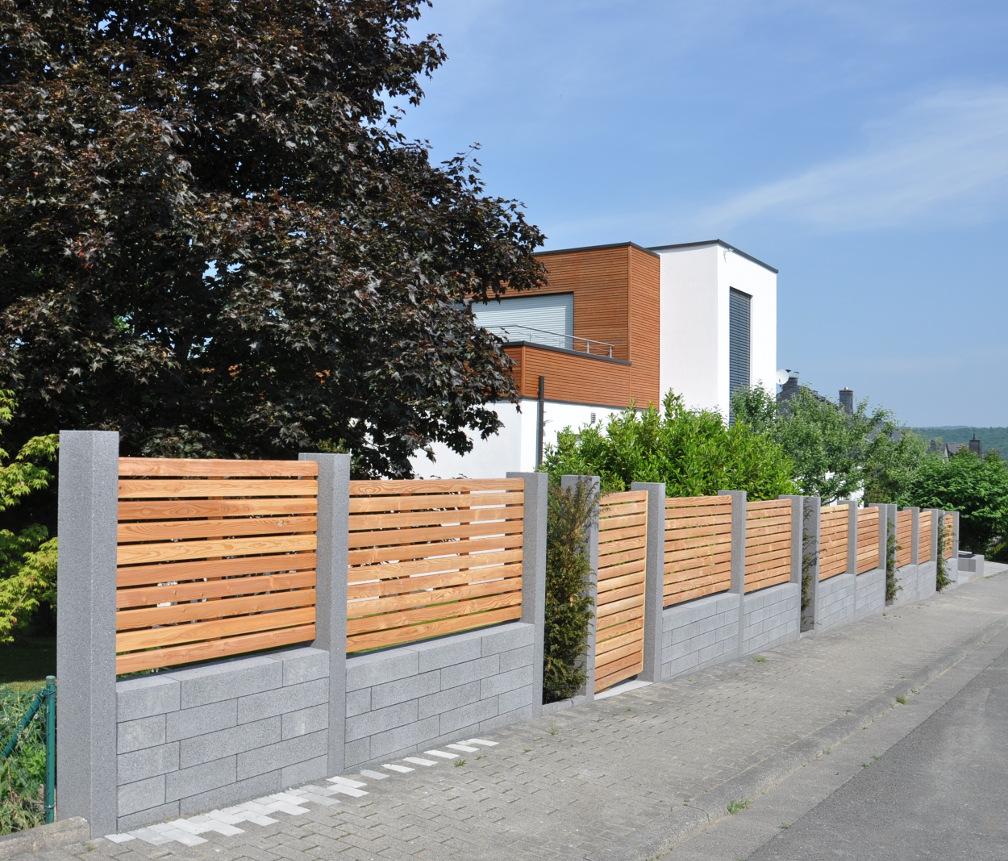 Moderne Sichtschutzelemente aus Mauersteinen und Holz