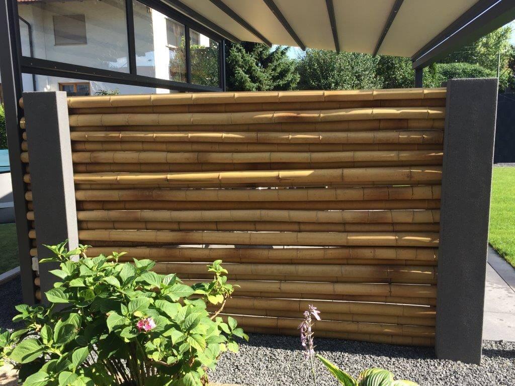 Sichtschutz aus Betonpfeiler mit Bambusröhren